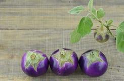 Purpere aubergines op houten achtergrond Royalty-vrije Stock Foto's