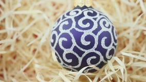 Purpere bal op houten spaandersachtergrond stock videobeelden