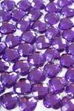 Purpere Bergkristalachtergrond De textuur van de hartvorm als achtergrond geïsoleerde witte studiofoto Het kristal van het Blings Royalty-vrije Stock Fotografie