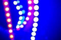Purpere blauwe neon bokeh lichten en bezinningen Feestelijke Abstracte achtergrond van de jaren '80kleuren royalty-vrije stock afbeelding