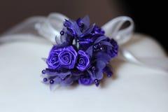 Purpere bloem op huwelijkscake. royalty-vrije stock afbeelding