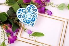 Purpere bloemen en decoratief hart kaart Royalty-vrije Stock Foto