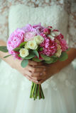 Purpere bloemen in handen van de bruid Royalty-vrije Stock Foto's