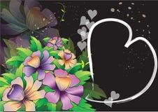 Purpere bloemen met hart ruimteframe op zwarte Royalty-vrije Stock Afbeelding