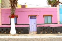 Purpere de straatpalmen van de huisvoorgevel, Cabo Verde Stock Afbeeldingen