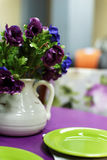 Purpere eettafel met groene platen Stock Foto's