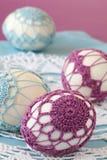 Purpere en blauwe crochet Paaseieren stock foto