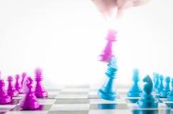 Purpere en blauwe koning het vechten schaakbord hoogste mening royalty-vrije stock foto's