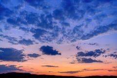Purpere en blauwe ochtendwolken op een zonsopgang bij hemel Stock Foto's