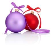 Purpere en Rode Kerstmisbal met lintboog op wit Royalty-vrije Stock Foto's