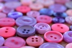 Purpere en roze naaiende knopen op hout Royalty-vrije Stock Fotografie