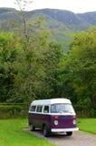 Purpere en witte kampeerautobestelwagen Stock Afbeeldingen