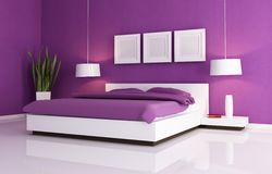 Purpere en witte slaapkamer Stock Afbeeldingen