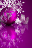 Purpere en zilveren Kerstmisornamenten op donkere purpere achtergrond Royalty-vrije Stock Foto's