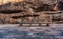Purpere Granietbank met Rocky Background stock afbeelding