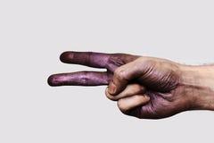 Purpere Hand die twee Vingers tonen stock foto's