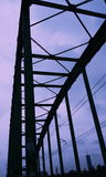 Purpere hemel en een brug Stock Foto's