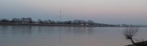 Purpere hemel in Hongarije dichtbij Fort Monostor - ROM van Komà ¡ royalty-vrije stock fotografie