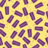 Purpere ijslollys op geel naadloos patroon als achtergrond Stock Foto's