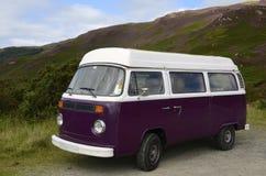 Purpere kampeerautobestelwagen Stock Foto's