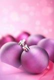 Purpere Kerstmisballen Stock Afbeeldingen