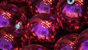Purpere Kerstmisballen die op hemel wijzen stock videobeelden