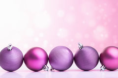 Purpere Kerstmisballen over vage achtergrond Stock Foto's