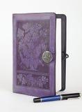 Purpere leer verbindende het schrijven dagboek en pen Stock Fotografie