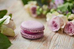 Purpere makaroncake met rozen op lijstbovenkant Royalty-vrije Stock Foto