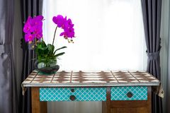 Purpere orchidee op de lijst in het huis royalty-vrije stock afbeelding