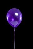 Purpere partijballon op zwarte Royalty-vrije Stock Foto