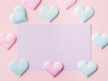 Purpere pastelkleurkaart en harten op roze geweven achtergrond Royalty-vrije Stock Afbeelding