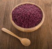 Purpere rijst in een houten kom royalty-vrije stock fotografie