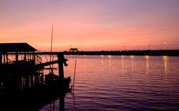 Purpere schemering in avond bij haven dichtbij rivier en brug Stock Foto's