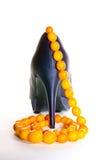 Purpere schoenen en amberhalsband Stock Foto's