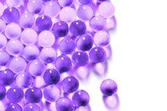 Purpere sferische de balcapsules van Proton met selectieve die nadruk op witte achtergrond wordt geïsoleerd royalty-vrije stock foto