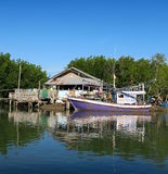 Purpere traditionele vissersboten die op een hut wachten stock afbeelding