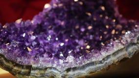 Purpere violetkleurige en kristalmacro die roteren glanzen stock video