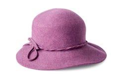 Purpere vrouwelijke vilten die hoed op wit wordt geïsoleerd Stock Fotografie