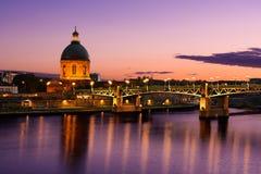 Purpere zonsondergang bij de stad van Toulouse, Toulouse, Frankrijk Royalty-vrije Stock Foto