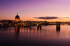 Purpere zonsondergang bij de stad van Toulouse, Toulouse, Frankrijk Stock Afbeelding