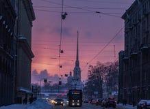 Purpere zonsondergang op de achtergrond van de vesting royalty-vrije stock fotografie