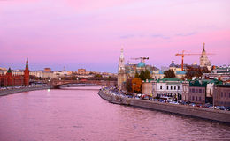 Purpere zonsondergang op de Moskva-rivier, Rusland Royalty-vrije Stock Foto