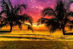 Purpere zonsondergang op tropisch strand op Koh Kood-eiland in Thailand royalty-vrije stock afbeeldingen