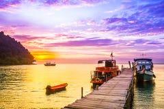 Purpere zonsondergang op tropisch strand van Koh Kood-eiland - Thailand stock afbeeldingen