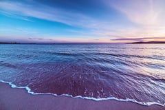 Purpere zonsondergang in Sardinige stock afbeeldingen