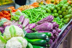 Purple eggplants in vegetable stall Royalty Free Stock Photos