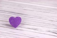 Purple Heart al valor militare di feltro su un fondo di legno bianco Giorno del biglietto di S Cartolina d'auguri Nozze, Fotografie Stock