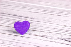 Purple Heart al valor militare di feltro su un fondo di legno bianco Giorno del biglietto di S Cartolina d'auguri Nozze, Immagini Stock Libere da Diritti