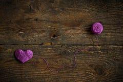 Purple Heart avec une boule de fil dessus sur le vieux backg en bois minable Photos libres de droits